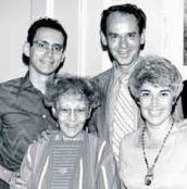 Helen Schucman et Bill Thetford avec Judy Skutch (l'éditrice) et Kenneth Wapnick, président de la Foundation for A Course In Miracles