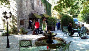 La fontaine et sa terrasse à la Source Bleue